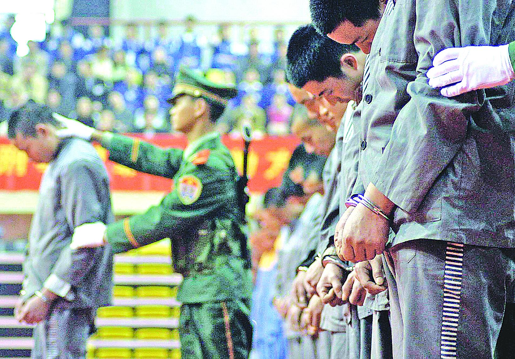 圖為中國重慶將要執行死刑的公審大會。(Getty Images)