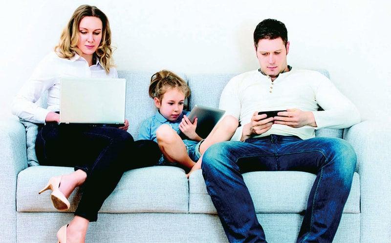 最新報告顯示,美國50%的青少年承認自己有手機癮。(Fotolia)