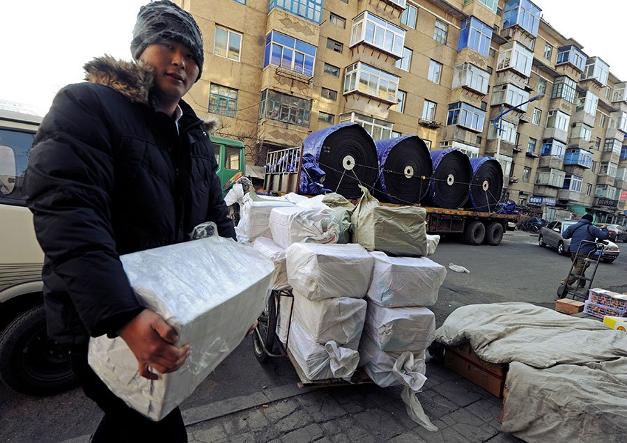 南韓「每日北韓」網站援引消息稱,北韓民眾將中國產品的標籤更換成北韓的標籤,偽裝成本國產品來使用。圖為2011年12月30日,中國遼寧省丹東市的商人準備將中國產品運往北韓。(MARK RALSTON/AFP/Getty Images)