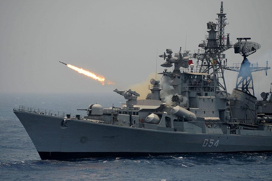 圖為印度軍艦2017年4月在進行軍事演習。(ARUN SANKAR/AFP/Getty Images)