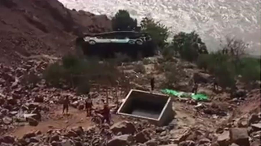2月21日(星期三),一輛巴士駛離山區公路,在秘魯南部墜入山谷,至少有35人遇難。(視像擷圖)