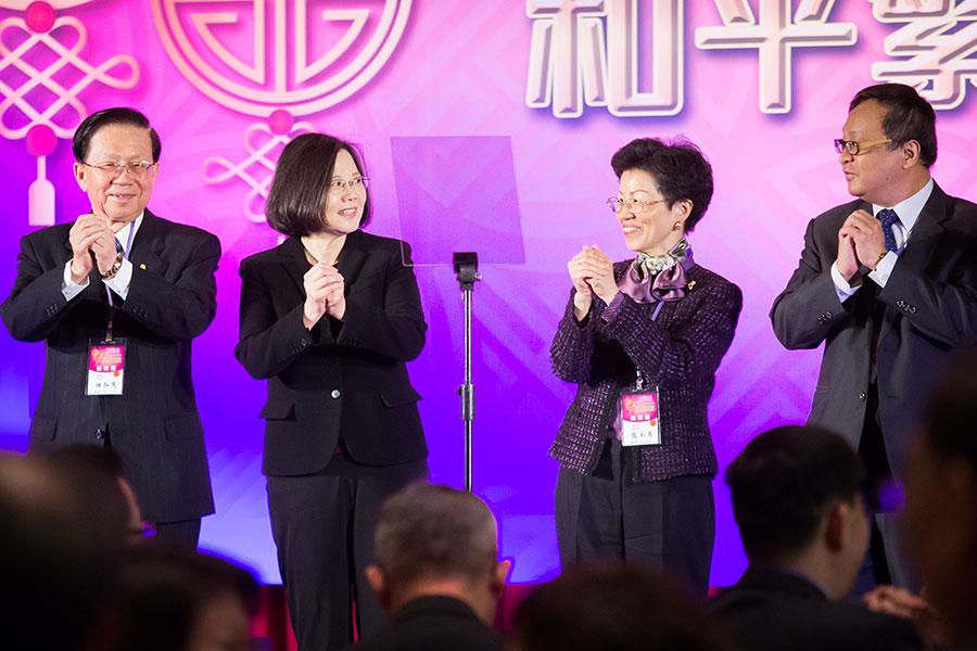 台灣總統蔡英文(左二)、陸委會主委張小月(右二)、海基會董事長田弘茂(左一)2月21日在台北圓山飯店出席2018大陸台商過年聯誼活動,上台一起向台商賀年。(陳柏州/大紀元)