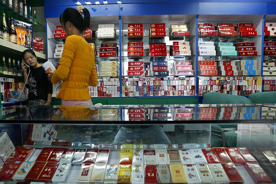 圖為北京一間售賣香煙的商店。圖片攝於2004年9月17日。(FREDERIC BROWN/AFP/Getty Images)
