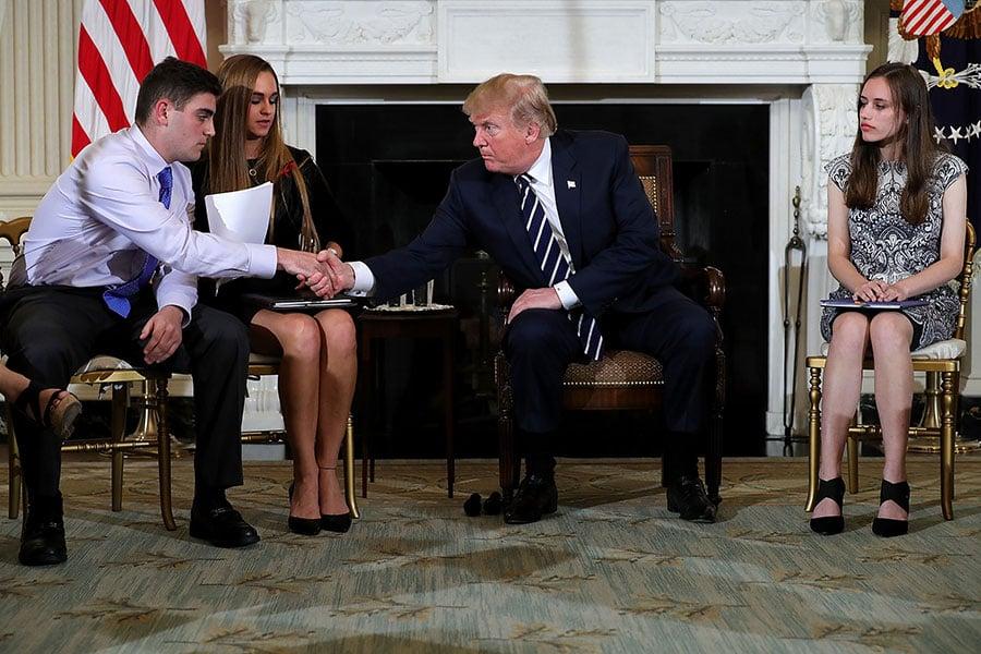 周三,總統在白宮舉辦家長、老師和學生參加的討論會,旨在努力確保學校安全。(Chip Somodevilla/Getty Images)