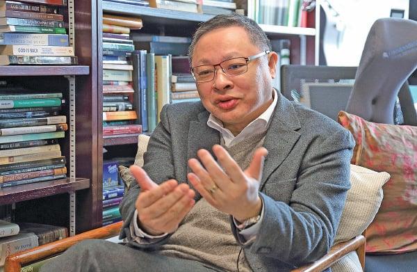 香港大學法律系副教授戴耀廷接受本報專訪,剖析香港法治近年面對的衝擊。(李逸/大紀元)