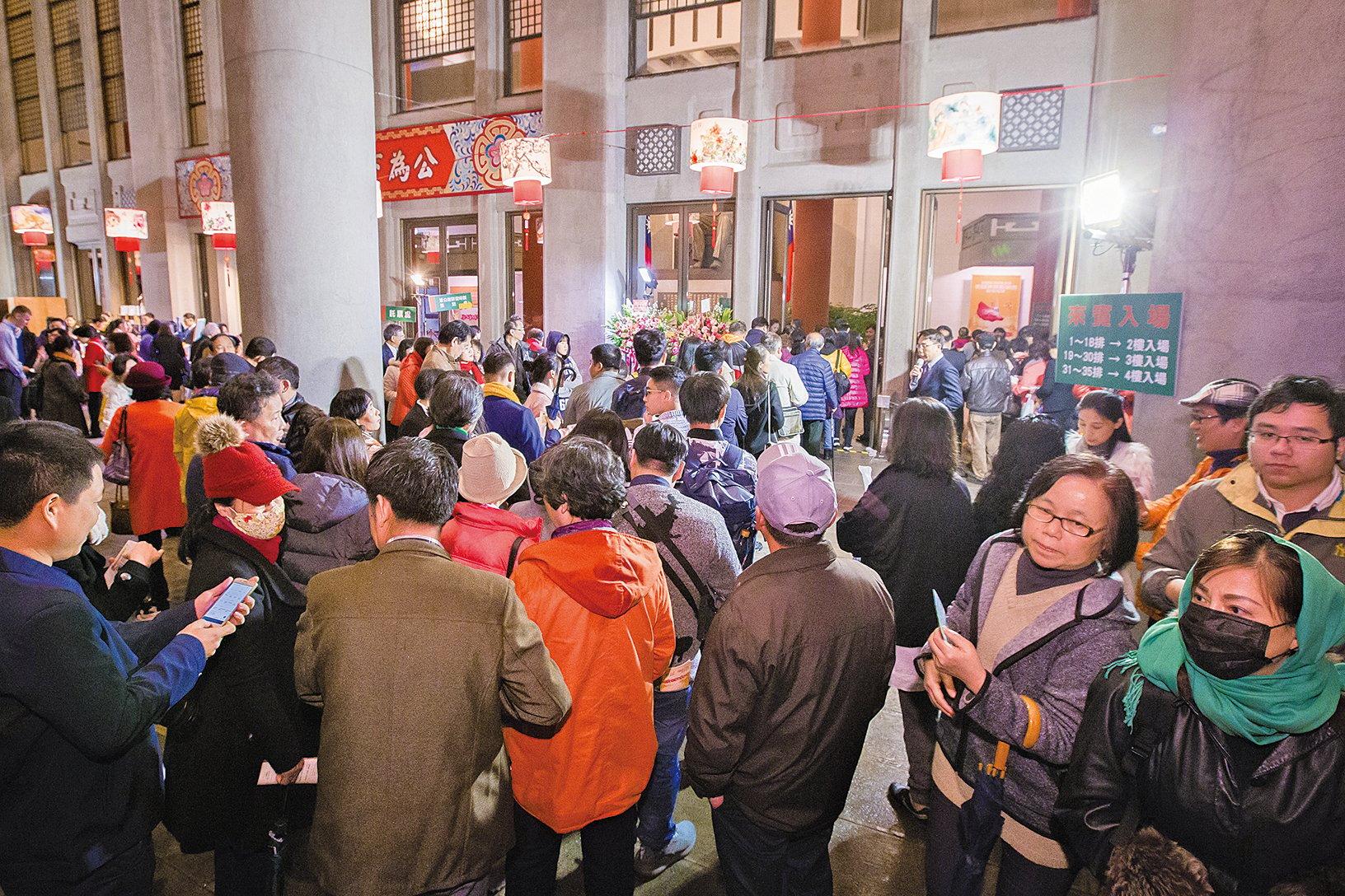 神韻國際藝術團22日晚間在台北國父紀念館舉行台灣首場演出,全場大爆滿,票房提前預購一空。圖為觀眾排隊入場的盛況。(陳柏州/大紀元)
