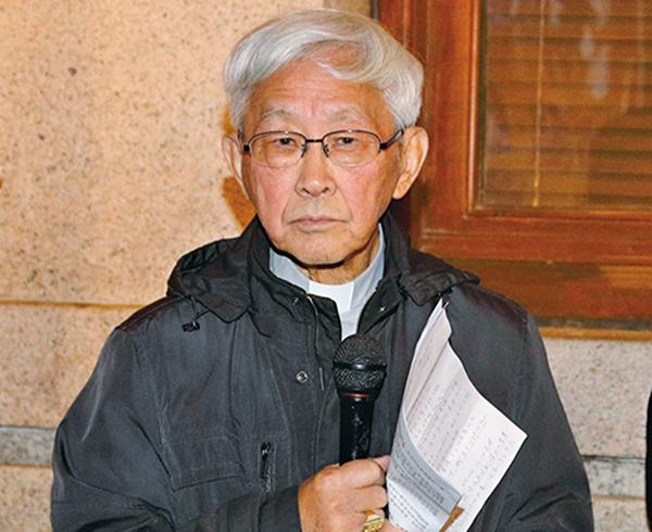 天主教香港教區榮休主教陳日君樞機昨晚出席在終審法院外舉行的祈禱會。(李逸/大紀元)