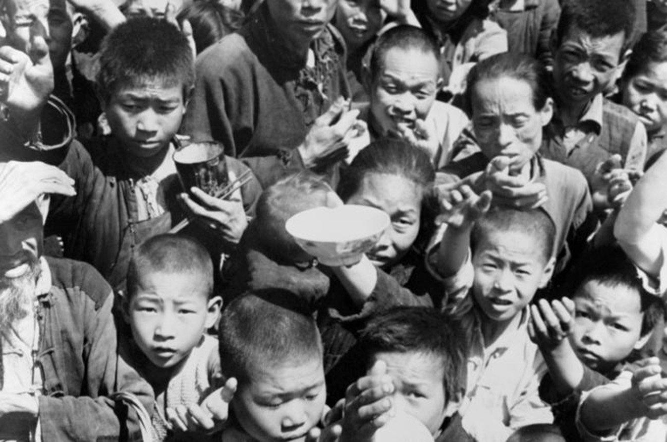 五、六十年代發生的大饑荒是當代中國史上最慘烈的事件之一。1959年的10月和11月,是河南省信陽息縣包信鎮姜寨村餓死人的高峰期,有多人被迫吃過人肉,有些人還多次吃了多個死人的肉。(網絡圖片)