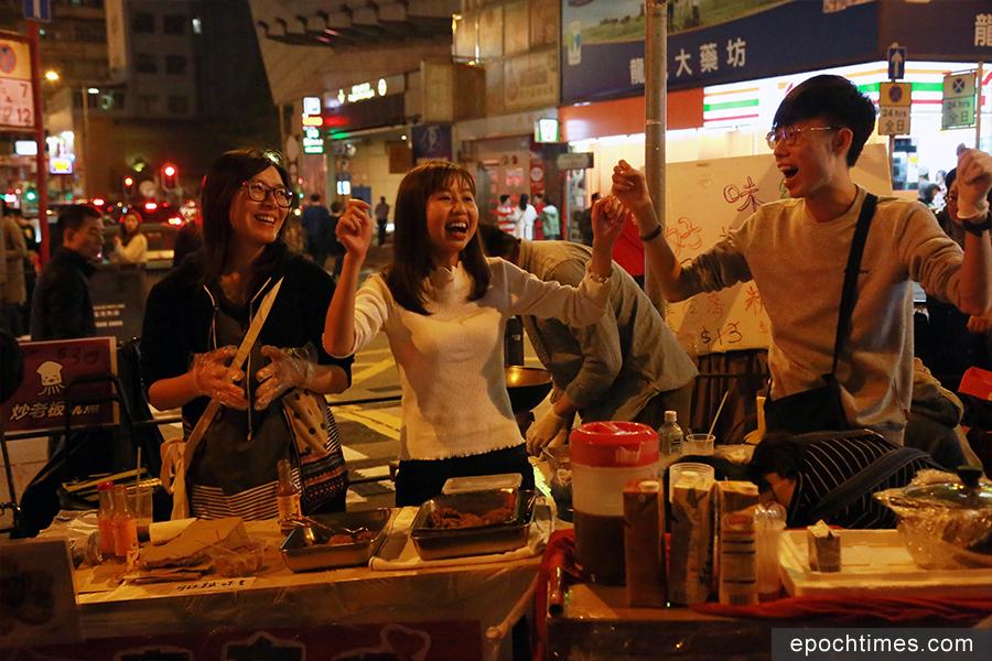 黃曆新年期間的旺角朗豪夜市非常熱鬧。(陳仲明/大紀元)