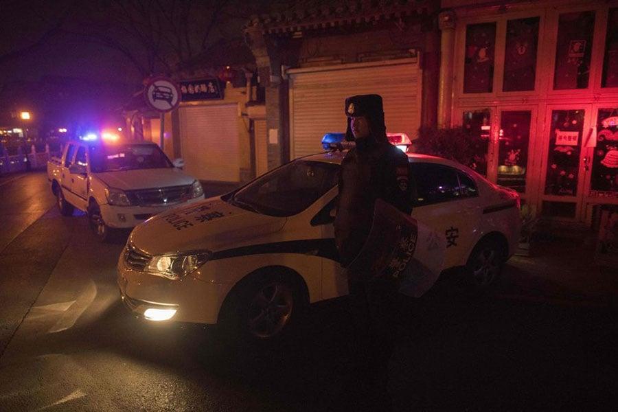網上傳出的中共「十二類重點打擊對象」中,有六類與民眾維權有關,引發憂慮。圖為北京市一名執勤的警察。(NICOLAS ASFOURI/AFP/Getty Images)