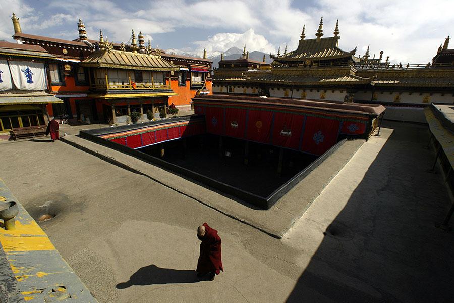 西藏最神聖的寺廟大昭寺周六(2月17日)起火,中共禁止討論,導致外界無法知道文物損壞的情況。(PETER PARKS/AFP/Getty Images)
