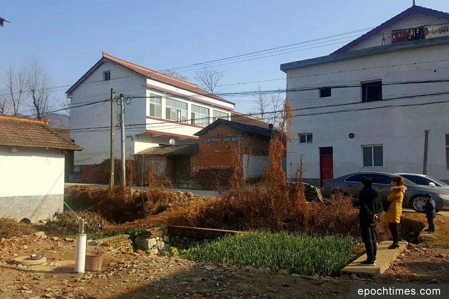 中間二層小白樓是張扣扣家的房子。(受訪者提供)