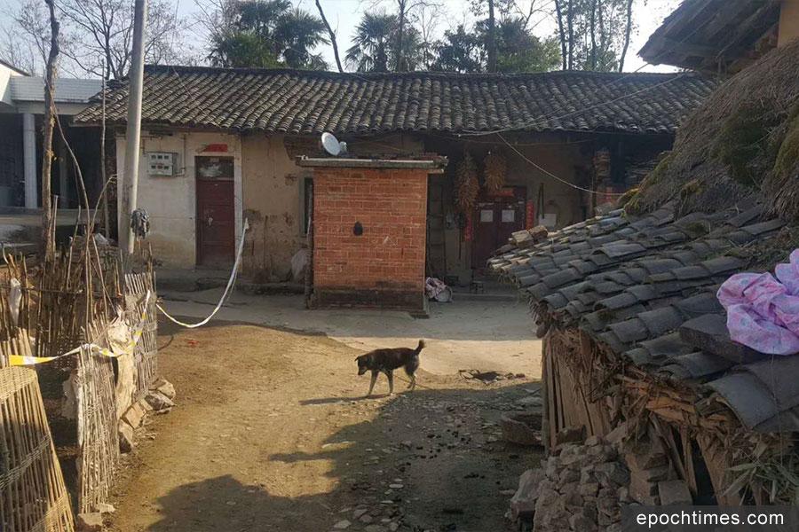 死者王自新家,現在已空無一人,只剩一隻狗在那裏。(受訪者提供)