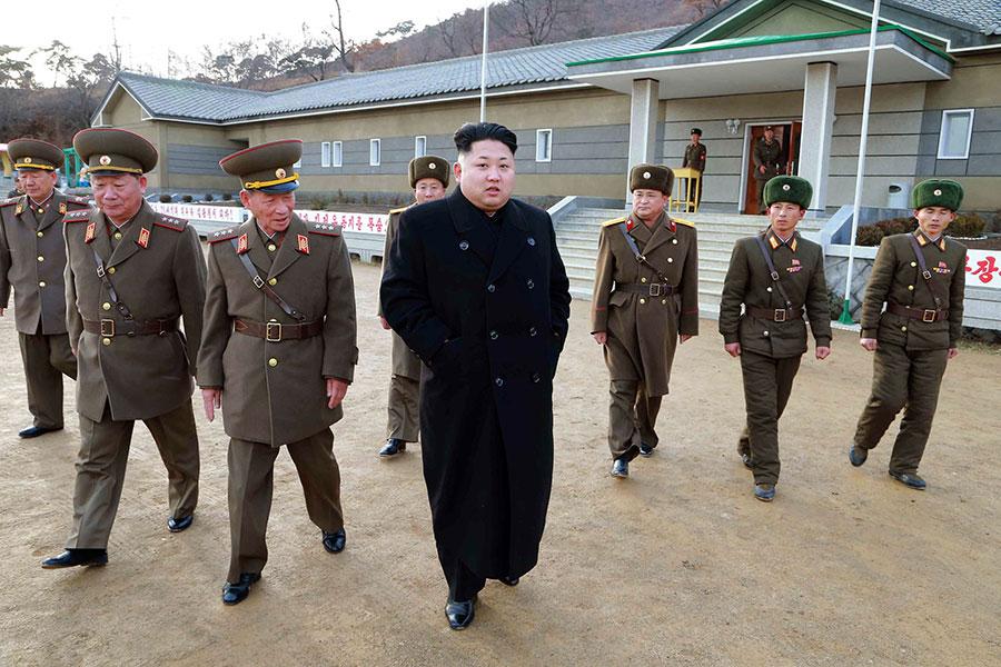 南韓媒體報道,北韓護衛司令部一名士兵最近涉嫌攻擊高官。圖為北韓領導人金正恩在護衛司令部的保護下視察砲兵部隊。(AFP PHOTO / KCNA via KNS)