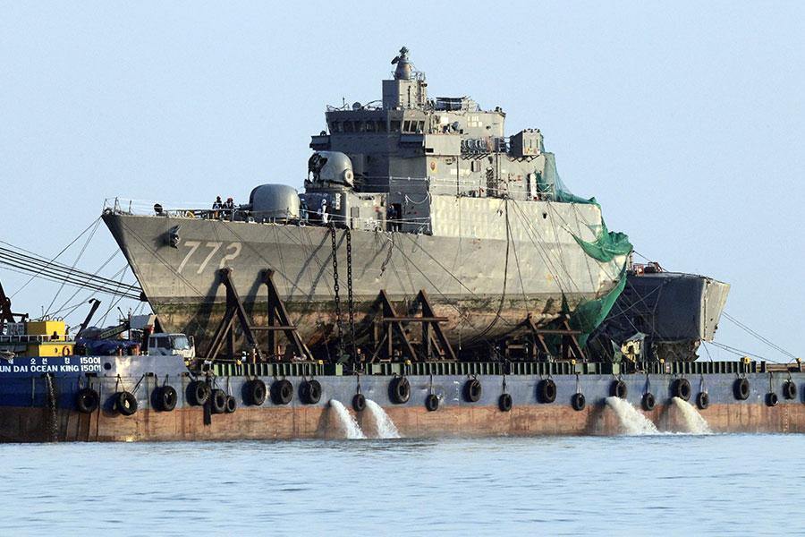 圖為2010年4月24日,在北韓炮擊下沉沒的南韓天安艦被打撈起來。(KIM JAE-MYEONG/AFP/Getty Images)