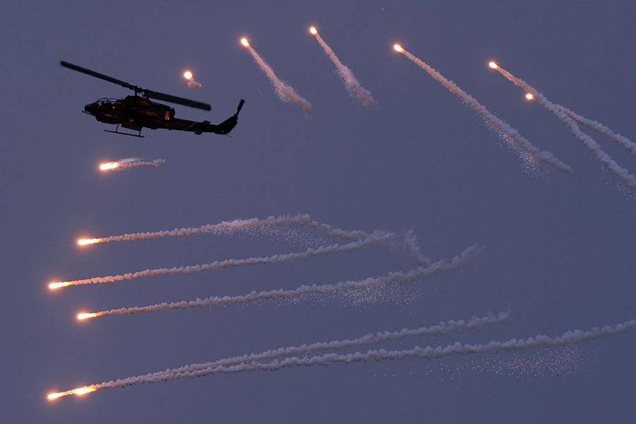 圖為2013年4月份美國製造的AH-1W攻擊直昇機在台灣澎湖軍事演習中開火。(SAM YEH/AFP/Getty Images)