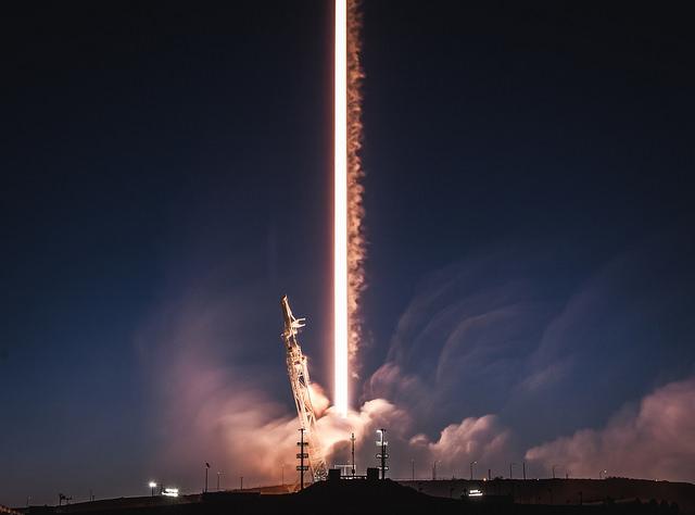 SpaceX周四(22日)成功發射攜帶了一顆西班牙衛星的「獵鷹9號」火箭,同時還將該公司兩顆互聯網測試衛星送入太空。(flickr.com)