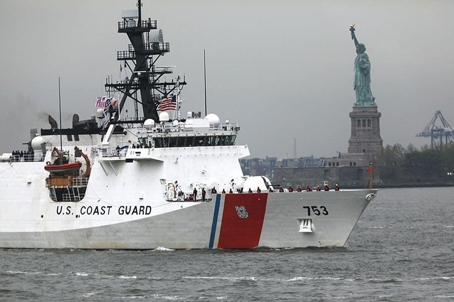 美國繼續加強對北韓的海上制裁。美國海岸警衛隊從上月開始將北韓船舶列入制裁名單並實行監視。圖為美國海岸防衛隊的船隻。(Spencer Platt/Getty Images)