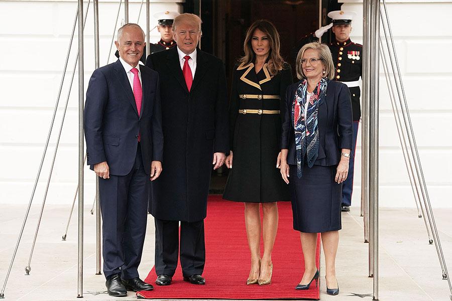 美國總統特朗普與第一夫人梅拉尼婭於23日在白宮舉行歡迎儀式,歡迎澳洲總理特恩布爾與夫人的到訪。(Alex Wong/Getty Images)