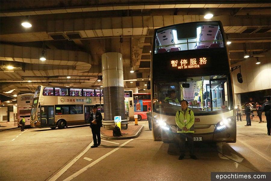 九巴月薪車長大聯盟(聯盟)今日晚上八時發起罷工行動,聯盟發言人葉蔚琳在尖東麼地道總站,駕駛一輛雙層巴士停泊在總站出口。(陳仲明/大紀元)