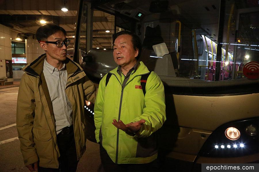 葵青區區議員周偉雄(左)晚上八時許到場了解情況。(陳仲明/大紀元)