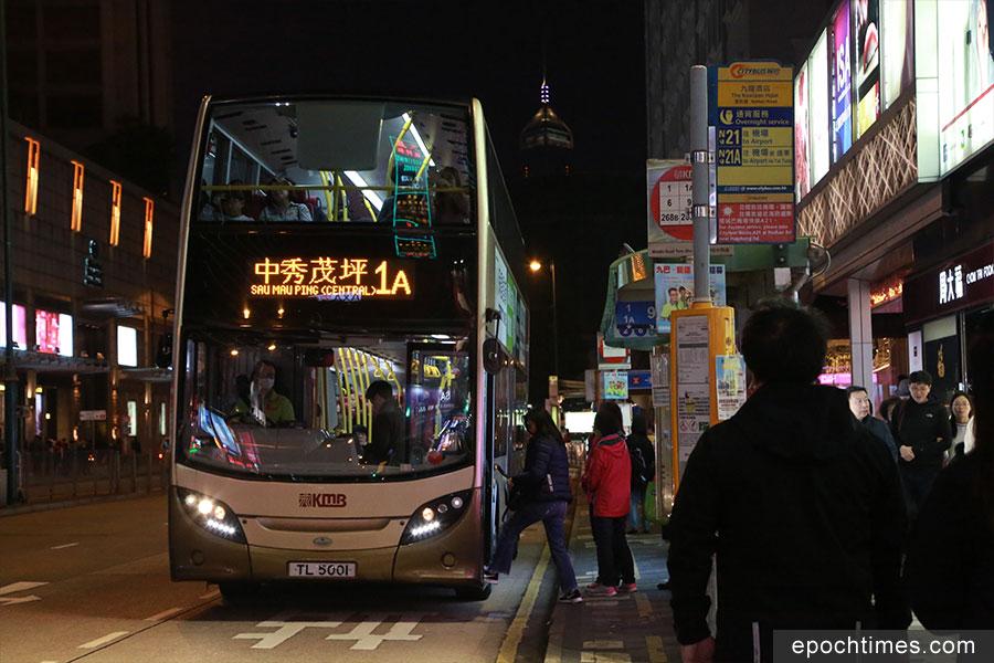 晚上八時,在尖沙咀碼頭及尖沙咀彌敦道一帶,未見有巴士嚮應工業行動停車。(陳仲明/大紀元)