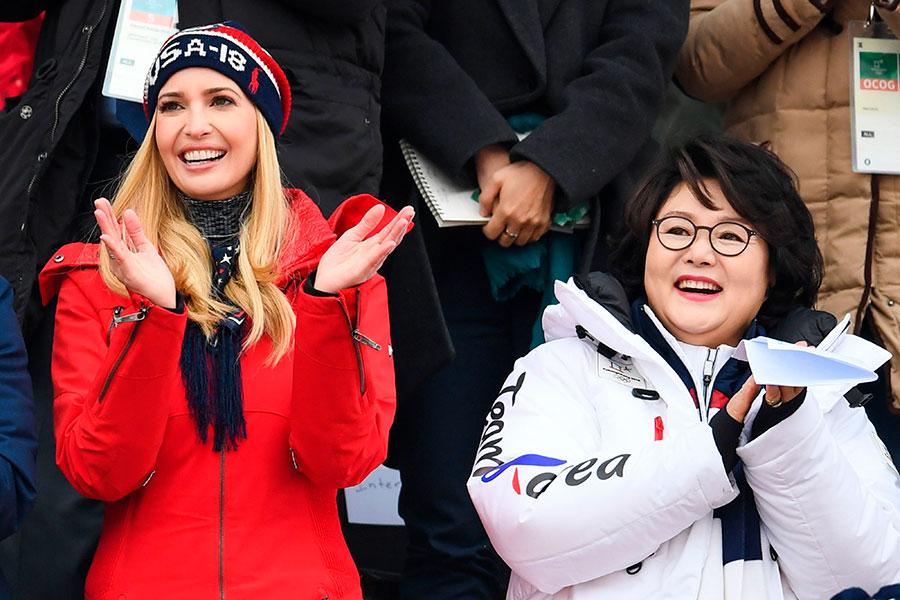 24日伊萬卡(左)在南韓總統夫人的陪同下觀看平昌冬奧會比賽的情景。(FRANCK FIFE/AFP/Getty Images)
