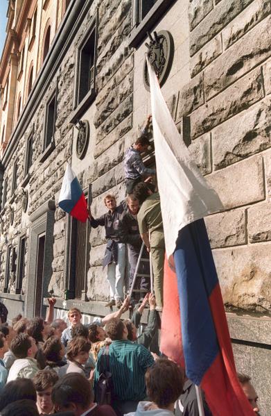 1991年8月20日,在莫斯科克格勃總部,示威者懸掛俄羅斯國旗。(ANATOLY SAPRONENKOV / AFP)