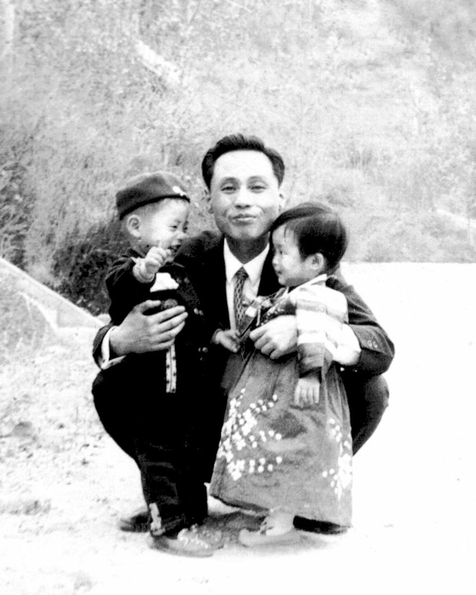 50歲的首爾居民黃仁哲表示,只想把失聯的老父帶回家。這是家中保留的48年前的父親合照,左邊為2歲的黃仁哲,右邊為不到1歲的妹妹。(Hwang In-cheol via TNKR)