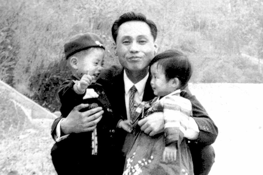 50歲的首爾居民黃仁哲表示,從2歲後,就沒有見過父親。這是家中保留的48年前的父親合照,左邊為2歲的黃仁哲,右邊為不到1歲的妹妹。(Hwang In-cheol via TNKR)