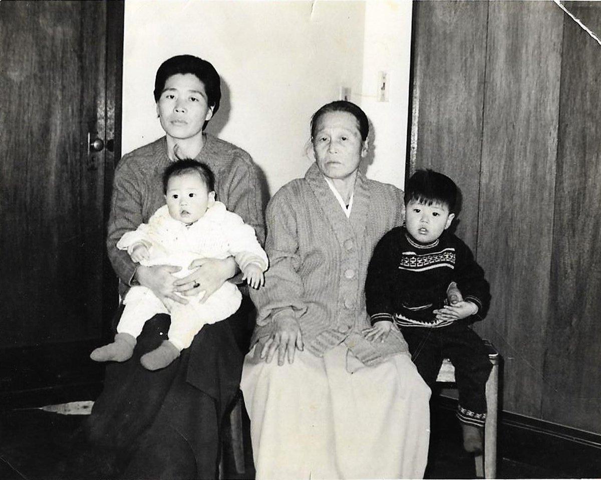 在父親黃原被劫持到北韓後不久,黃的母親(左一)、祖母(右二)拍攝了這張家庭照,希望儘快找回家人。(Hwang In-cheol via TKNR)