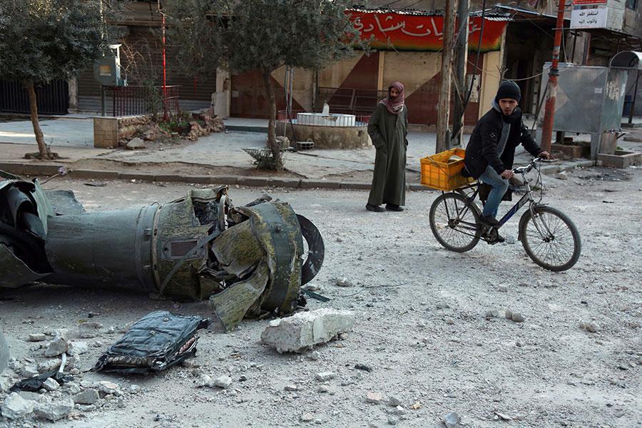 落在東古塔區的砲彈。(HAMZA AL-AJWEH/AFP/Getty Images)