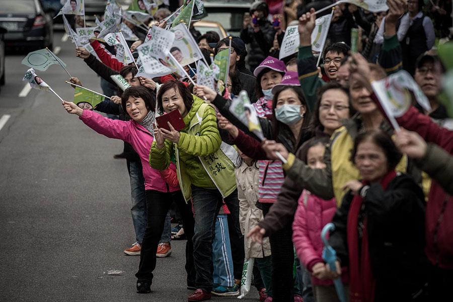 學者分析,台灣各政黨應對中共的盲點在於,很多問題早已超越藍綠,甚至已不是人民關心的範疇。圖為台灣民眾為其支持政黨歡呼。(PHILIPPE LOPEZ/AFP/Getty Images)