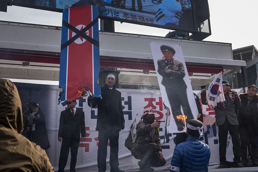 周日(2月25日),被外界視為「天安艦」事件主謀的朝鮮勞動黨中央委員會副委員長兼統一戰線部部長金英哲,率團從陸路抵達南韓,參加平昌冬奧會閉幕儀式。當日,「天安艦」事件的家屬及南韓議員舉行抗議示威,譴責金英哲訪韓。圖為2月24日南韓民眾舉行的抗議活動。(JOSEPH CHUNG/AFP/Getty Images)