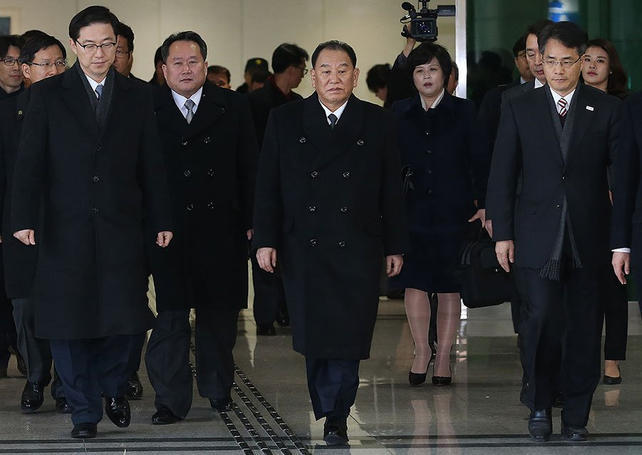 2月25日,朝鮮勞動黨中央委員會副委員長兼統一戰線部部長金英哲,率團抵達南韓,參加平昌冬奧會閉幕儀式。南韓總統文在寅與金英哲進行了會面,之後南韓方面表示,北韓願意與美國舉行會談。(KOREA POOL/AFP/Getty Images)