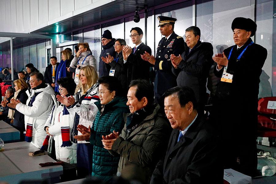 在冬奧會的閉幕儀式上,伊萬卡和金英哲中間只隔著中共國務院副總理劉延東夫婦,但兩人之間似乎並沒有互動。(PATRICK SEMANSKY/AFP/Getty Images)