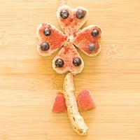 兒童早餐  花朵般的麵包與莓果