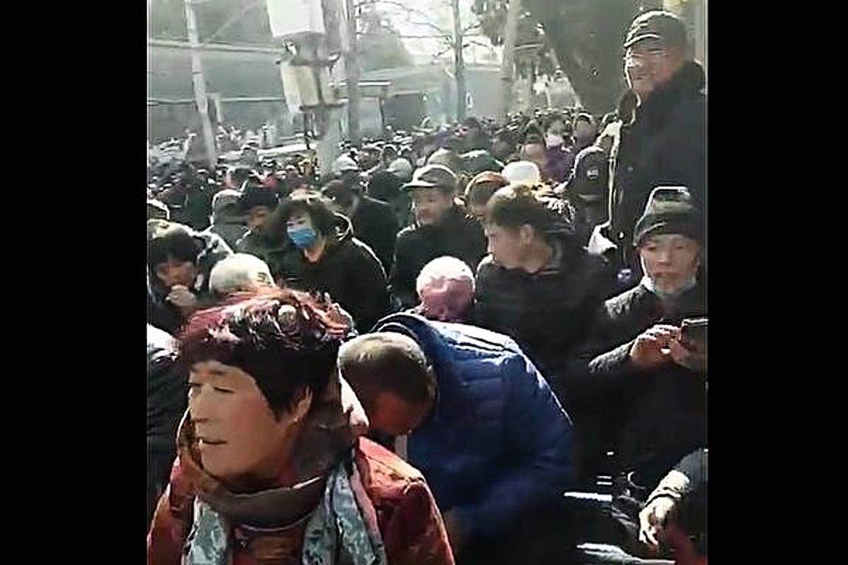 2月23日,有訪民拍下北京信訪局前訪民大量湧入的場面。(影片截圖/訪民提供)