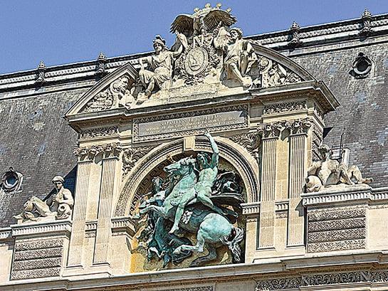 羅浮宮的外牆裝飾 。