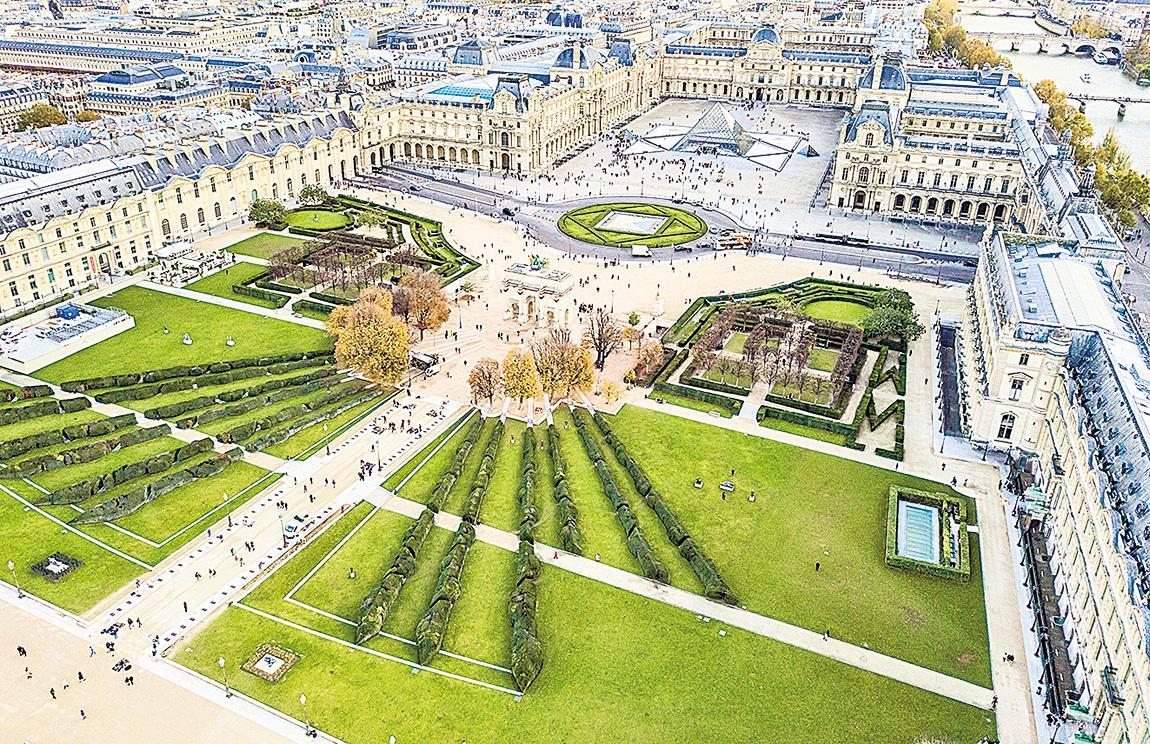 高空俯瞰法國巴黎羅浮宮。
