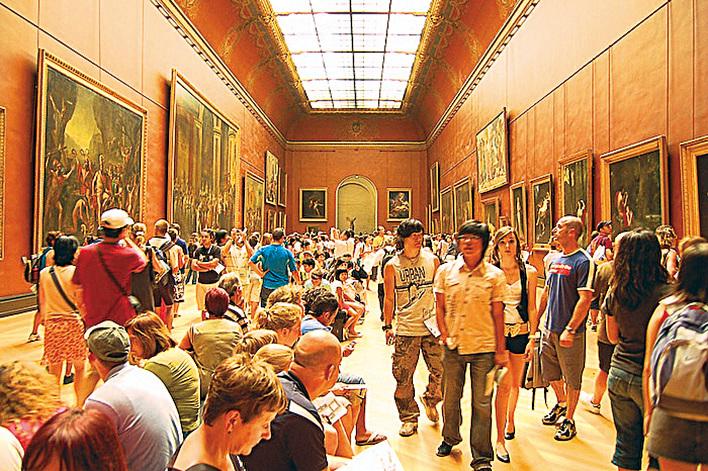 羅浮宮新古典主義時期繪畫展廳,來自整個天頂的白光無色彩傾向,還原了畫作原有的真實色彩。(李東尼)