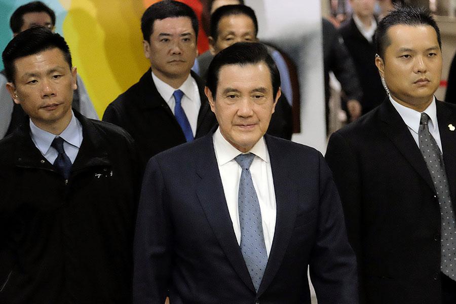 圖為台灣前總統馬英九(中)資料圖片。(SAM YEH/AFP/Getty Images)