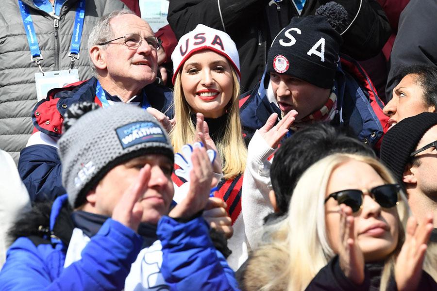 伊萬卡(中)25日觀看雪車比賽時表示,高興能在南韓與盟友一同慶祝文化、經濟及運動等成就。(MARK RALSTON/AFP/Getty Images)