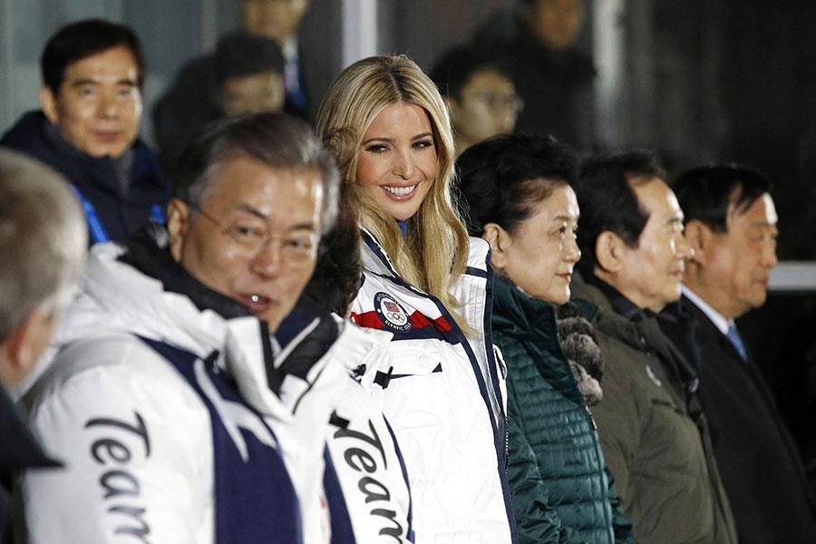 2月25日在平昌冬奧會閉幕儀式上,美國第一女兒伊萬卡(中)與南韓總統文在寅(左二)夫婦在主席台鄰座。(Patrick Semansky - Pool /Getty Images)