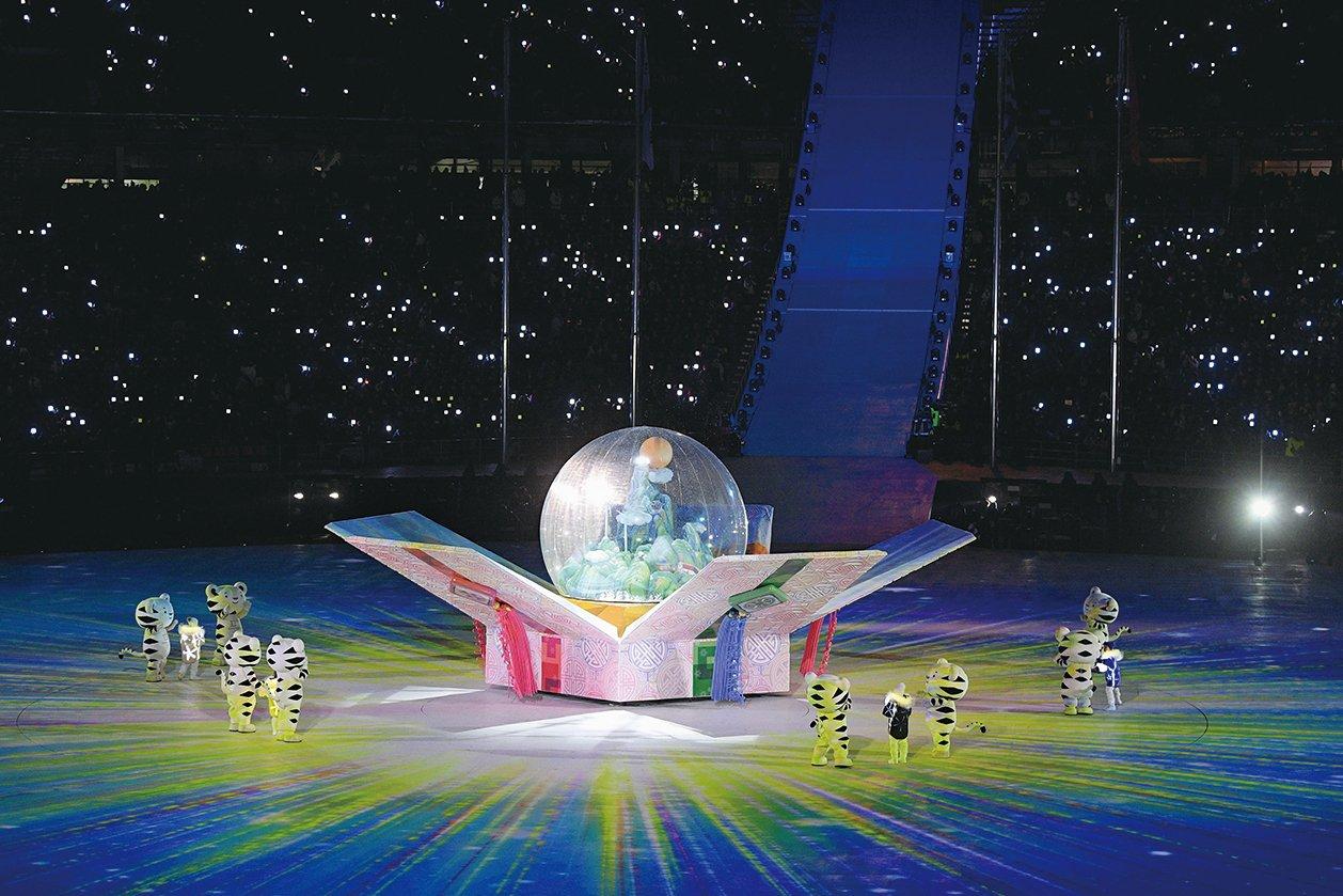 25日(當地時間)晚8時,為期17天的平昌冬奧會閉幕式拉開帷幕,展現了南韓將傳統文化與現代藝術相融合。圖為閉幕式現場。(Getty Images)