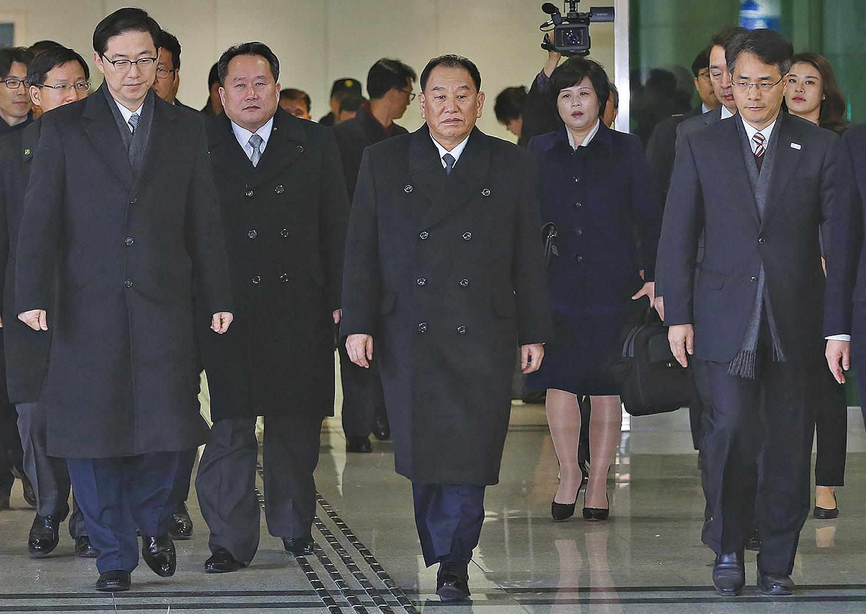 25日,北韓金英哲率團參加平昌冬奧會閉幕式。之後與南韓總統文在寅會面後表示,北韓願意與美國舉行會談。(AFP)