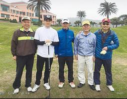 吳奇隆返台渡假與球友親切合影