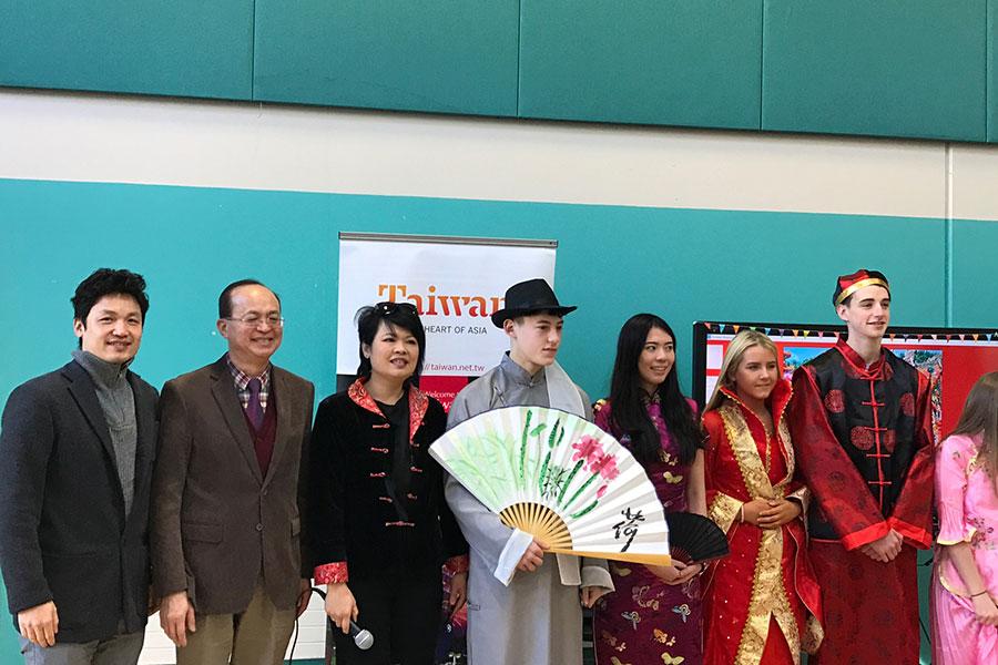 駐愛爾蘭代表處大使杜聖觀(左一)、都柏林中文學校校長劉淑慧(左三)與愛爾蘭臺灣商會會長呂胤芳(左一)與傳統服裝模特兒及台灣親善小姐合照。(駐愛爾蘭代表處提供)