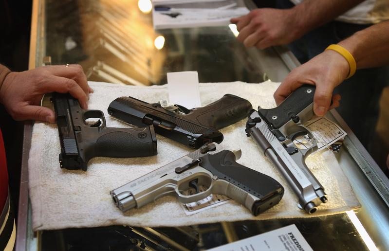 美國會議員結束為期一周的休會後,周一(26日)開始為推動有關強化購槍背景調查的新立法,加緊磋商。圖為維吉尼亞州的一家槍枝銷售店。(Scott Olson/Getty Images)