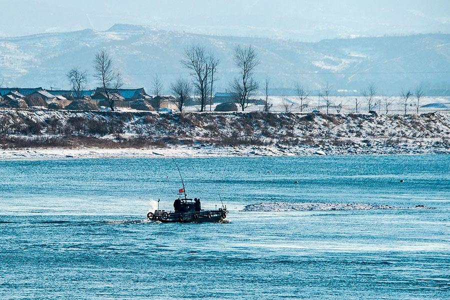 南韓「每日北韓」網站報道稱,北韓領導人金正恩要求加強收買中國內部的線人,以防止北韓民眾出逃。圖為2018年1月10日,北韓一艘巡邏艇在中朝邊境的鴨綠江上巡邏。(CHANDAN KHANNA/AFP/Getty Images)